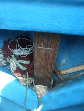 「おふなたさま」を納めた木箱。舳(へさき)の船内にがっちり固定されたままになっていた