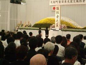 追悼の言葉を読み上げる佐々木君と倉本さん=大槌中学校の特設会場で