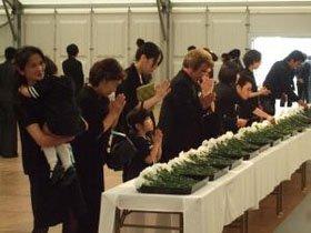 献花台には幼い子どもなど遺族の長い列が