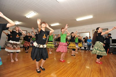 4月22日、ふるさとの復興を願い、常磐音楽舞踊学院でレッスンを再開したフラガールたち