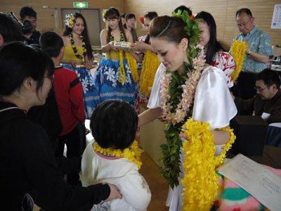 5月3日、慰問でいわき市の平工業の体育館を訪れ、子どもたちにレイをプレゼント