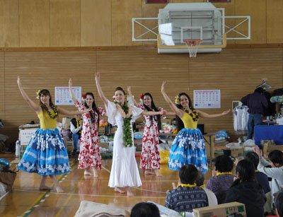 5月3日、同体育館で、避難所の方々を元気づけるため、踊りを披露
