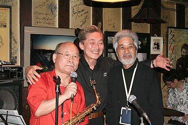 佐々木さん(右)の無事を喜ぶ左から坂田、菅原の両氏=一関市のベーシーで