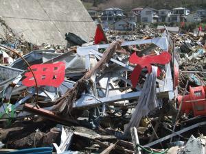 瓦礫の中で見つかった火の見櫓の残骸=安渡小学校の近くで