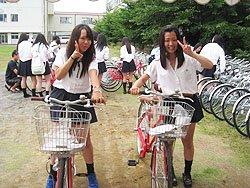 受け取った自転車に思わずVサインで喜ぶ生徒の二人