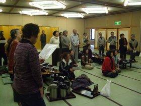 「被災者混成合唱団」の結成のきっかけとなった大合唱=花巻市内の大沢温泉で