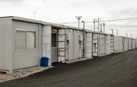 旭市飯岡に設置された150戸の仮設住宅で、今も暮らす人々がいる