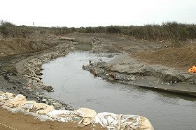 津波が押し寄せた市内の「目那川」の河口付近は、両岸が大きく削り取られたままだ