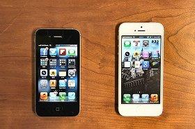 iPhone5(写真右)が2つの周波数帯で使えるように