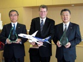 2月21日にANAで行われた表彰式。左が伊東信一郎社長、中央がコンデューシブ・テクノロジー社のジェフ・ケネディー社長