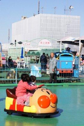 松坂屋上野店「屋上遊園」。日曜の昼下がりとあって親子連れの姿が多数見られた(2012年2月12日撮影)