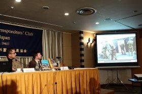 講演する石丸次郎氏(左)。人民軍兵士が飢えている様子がビデオで紹介された
