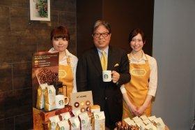 「浅い焙煎も日本で受け入れられる」と話す関根純CEO(写真中央)
