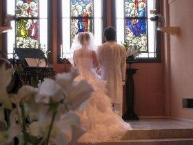 結婚式も「4年に1度」しか行えない日(写真はイメージ)