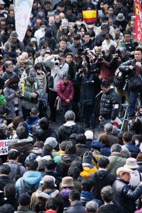 11日、日比谷公園で行われた脱原発集会。震災が起きた14時46分、参加者は黙祷を捧げた