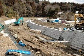 ダム下流の簀ノ子川では復旧工事が行われているが、川の右側にあった家屋は流された