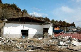 大きく崩れた須賀川市の施設(写真左側)は今も事故当時のままで、がれきも片付いていない