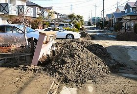 液状化により、南栗橋の住宅地では地中から大量の砂が噴出した(写真提供:久喜市)