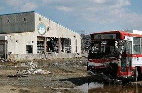 佐々木さんが地震発生時に泳いでいたプール。周囲の建物の多くは津波で破壊された