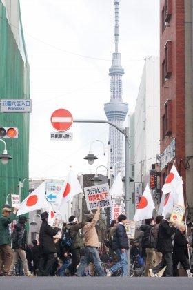 25日、東京・浅草でフジへの批判を訴えたデモ隊