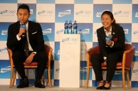 CM発表会で笑顔を見せる北島康介選手(左)と澤穂希選手(右)