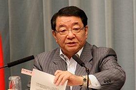 記者会見に臨む藤村修官房長官。手元のポストイットに「東アジア共同体」の文字が読み取れる