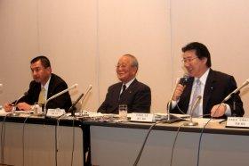 左から大西賢会長、稲盛和夫名誉会長、植木義晴社長