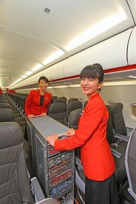 「ジェットスター」国内線初号機の機内。機内食は有料で販売される