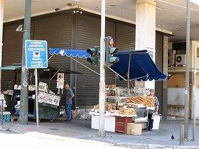 シンタグマ広場で新聞やパンを売る人たち(写真提供:Gavriil Xanthopoulos氏)