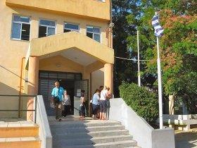 投票所となったアテネ郊外の小学校。1日中有権者の出入りがあったが、長蛇の列ができることはなかった(写真提供:Gavriil Xanthopoulos氏)