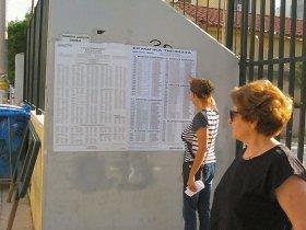 投票所の割り当てが示された名簿を確認する有権者。インターネット上でも調べられる(写真提供:Gavriil Xanthopoulos氏)