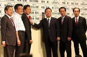 09年の政権交代では、小沢氏は鳩山氏をリーダーとして担いだ(中央が小沢氏)
