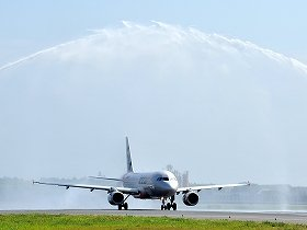 記念の放水を受けながら新千歳空港に出発する「ジェットスター・ジャパン」初便