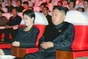 朝鮮中央テレビが放送した牡丹峰(モランボン)楽団の公演の様子。正恩氏の隣に座っている女性に注目が集まっている
