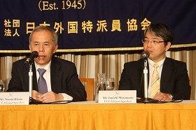記者会見に臨む東京電力の広瀬直己社長(左)と松本純一原子力・立地本部長代理(右)