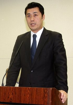 菅前首相の判断が「日本を救ったと今でも思っています」と述べていたことが明らかになった細野豪志原発事故担当相(2011年4月撮影)