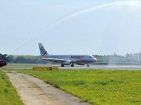 ジェットスターは7月3日に成田-新千歳路線を就航させている(写真は放水を受けながら出発するジェットスター機)