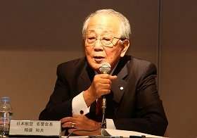 記者会見に臨むJALの稲盛和夫名誉会長