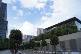 「カージュラジャ ティアド」が入る東京・永田町のザ・キャピトルホテル東急(写真左)。首相官邸(右)とはほぼお隣さんだ