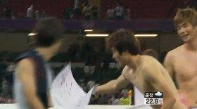 韓国旗の上に置くジョンウ選手(KBSニュースから)
