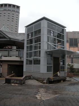 大震災の直後は液状化現象がひどかった(写真は、新浦安駅前のエレベーター)