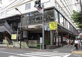 事件が起きた雑居ビル。通常、客は建物外側の階段(写真左)から2階の店に入るが、犯人グループは1階の入り口(写真右奥)から侵入したとみられる