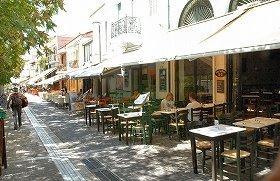 モナスティラキ駅近くのレストラン街。昼食のピーク時間を過ぎたせいか空席が目立つ