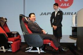 発表されたプレミアムエコノミーの座席に腰掛ける植木義晴社長