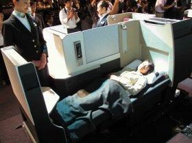 発表されたビジネスクラスの座席。JALのビジネスクラスとしては初めてフルフラットシートを導入した
