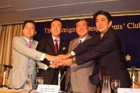 記者会見に臨んだ4候補。左から林芳正氏、石原伸晃氏、石破茂氏、安倍晋三氏