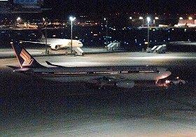 事件は東京発シンガポール行きの便で起きた(写真は羽田空港を出発するシンガポール航空便)