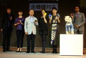 発表会にはEvery Little Thing(ELT)の2人(写真左)や、上戸彩さんら「白戸家」メンバー(同右)も姿を見せた