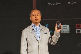 2012年冬~13年春向け新機種の発表会に出席した孫社長(10月9日)