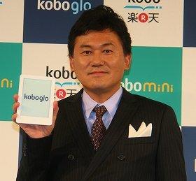 新機種「kobo glo(グロー)」を手にする楽天の三木谷浩史会長